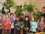 Stolz zeigen die Kinder ihre selbstgebundenen wunderschönen Palmbuschen