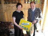 Unter vielen anderen Spenden erhielt das Klostermarktteam, im Bild Julia Penninger, eine Odo Werbetafel von anno dazumal.