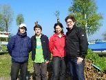Valentin, Jan und Lucas (JVP) und Stadträtin Ingrid Hopfner halfen ebenfalls bei der Seeputzete
