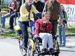 Valeria mit dem Erlebnisrad auf dem Rundkurs beim Benefizradeln in Hard.