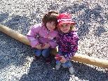 Während sich ihre Eltern auf Schnöppchensuche waren spielten sie auf dem Spielplatz