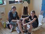 """3mAusstellung.jpg: Voller stolz präsentierten die Mädchen ihre """"tierische-kreativen"""" Werkstücke."""