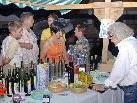Am Bauernmarkt in Tschagguns sind auch Weine aus St. Margarethen im Burgenland erhältlich.