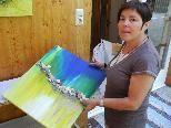 Annemarie Bonmassar zeigt eines ihrer Werke