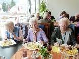 Beim gemeinsamen Mittagstisch bietet sich die Möglichkeit, neue Kontakte zu knüpfen.