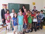 Bgm zu Besuch in der Volksschule mit einem Gutschein für Klassenbibliotheksbücher