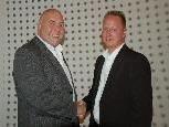 Bgm. Thomas Pinter gratuliert dem neuen Gemeindevorstandsmitglied Thomas Gehl.