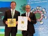 Das Festspielhaus Bregenz führt das Österreichische Umweltzeichen Green Meetings. Umweltminister Niki Berlakovich (links) überreichte am Donnerstag die Urkunde an Festspielhaus-Geschäftsführer Gerhard Stübe.