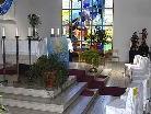 Die Stühle, auf denen die drei Erstkommunikanten und fünf Erstkommunikantinnen Platz nehmen werden, sind mit je einem Sonnensymbol geschmückt.