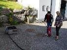 Die richtige Anwendung des hauseigenen Feuerlöschers wurde erklärt.