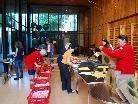 Eifrig verpacken die Helferinnen und Helfer der Organisationen der Arbeitsgemeinschaft Mobile Dienste Rankweil die Frühstückspakete.