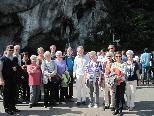 Ein Teil der Pilgergruppe vor der Grotte