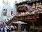 Feldkirchverbunden zeigt sich der Tanzsportverein Swing & Dance beim Gruppenbild auf der Schattenburg