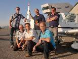 """Flugschulchef Michael Koenitz (Bildmitte) mit seinen neuen """"Flugsäuglingen"""""""