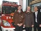 Gerätewart Marcel Pfister, Kommandant Herbert Sohm und Vize-Bgm. Franz Kopf vor dem neuen Kommandofunkfahrzeug.