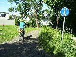 Gut gemeint, aber für Radfahrer und Fußgänger ist zu viel Schotter auf Wegen nicht angenehm.