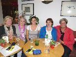 Im Josefs Café erzählt Klaudia Loretz ihre Erlebnisse den Damen des Vereins von Geben für Leben.