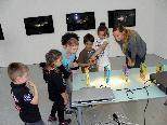 Interessierte Kids bei der Führung mit Kirsten Helfrich