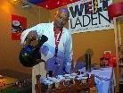 Kassaye Adferis lädt zur traditionellen äthiopischen Kaffeezeremonie.