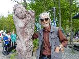 Künstler Reinhard Welte mit weiblicher Figur