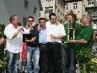 Moderator Roberto Kalin mit den Siegern und Organisatoren.