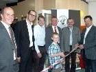 Musikschuldirektor Günter Berchtold mit Bürgermeister Andi Haid und Vertretren der Sponsoren.