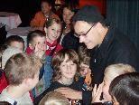 Pavel Möller-Lück bei der Einstimmung von Schülern auf seine Aufführung.