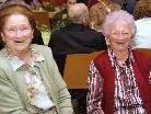 Philomena Asam (re) war mit 100 Jahren die älteste Besucherin in der Walserhalle.
