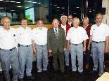 RK-Präsident Siegfried Gasser (Mitte) mit den Gründungsmitgliedern der Emser Rettungsabteilung.