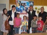 Stadtrat Michael Rauth bei einer Lesestunde mit VolksschülerInnen