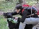 Susanne mit Pito bei der Suche