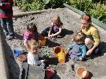 Tätigkeiten im Freien stehen im Waldorf-Kindergarten täglich auf dem Programm