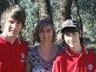 (v.l.) Silbermedaillengewinner Lukas rinderer, Mutter Birgit & Junioren-Weltmeister im Bogenschießen Dominik Rinderer in Australien