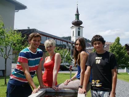 Andreas, Sabrina, Jacqeuline und David beim Brunnen vor dem Frauenmuseum.