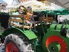 Auch ein alter Traktor wollte von den Kindern getestet werden.