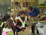Aufmerksam verfolgen die Kleinen die Ausführungen des Werkstattmeisters