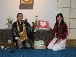Bärbel Gleeson übergibt Ryokyu Endo die Spenden und Wünsche der SchülerInnen