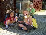 Beim Busausflug nach Hard gab es für alle ein leckeres Eis.