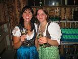 Bettina und Daniela schenkten in der Weinlaube edle Tropfen aus Niederösterreich aus