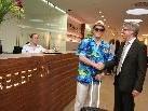 Bgm. Christian  Natter wurde von Hoteldirektor Richard Zünd im neuen Hotel begrüßt.