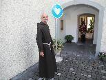 Bruder Franz, Guardian des Kapuzinerklosters beim Eingang (Klosterpforte) zum Herzensgarten