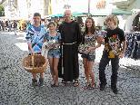 Bruder Hans mit Schülern die für die Caritas&Du Auslandshilfe Brot verkauften.