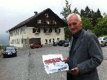 Bürgermeister Herbert Dorn vor der sanierungsbedürftigen Volksschule