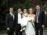 Das glückliche Paar mit Töchterchen Hannah und den Trauzeugen.