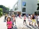 Der Pausenplatz und der Außenbereich des Kindergartens sollen besonders einladende Bewegungsräume werden.