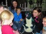 Der freundliche Kunstdrache führt die Kinder durch das Kunsthaus