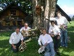 """Die """"Bürserberger Dorfmusikanten"""" spielen zum Geburtstagsständchen der HM Ludesch auf."""