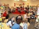 Die Schulbücherei wurde zum gemeinsamen Lesezentrum von Jung und Alt.