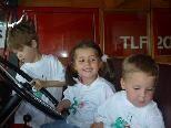 Linus, Luise und Gabriel im Feuerwehrauto
