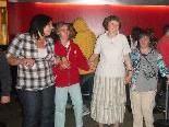 Menschen mit und ohne Behinderungen tanzten gemeinsam beim Discoabend.